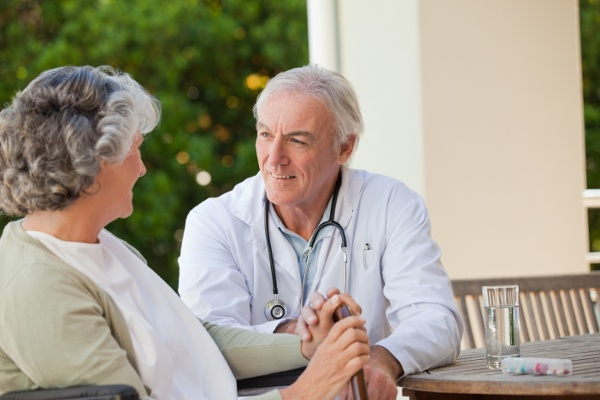 medical_dr._and_elderly_patient_72624307-1